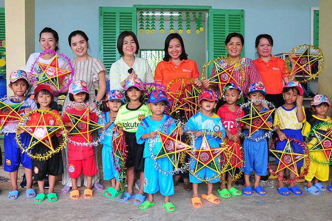 100 Moon Festival gifts offered to children