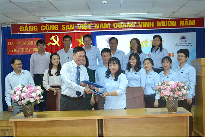 Signing credit financing contract for Van Ninh coach station project