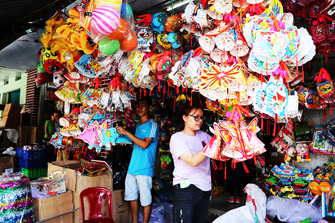 Vietnamese products dominate toy market for Mid-Autumn Festival