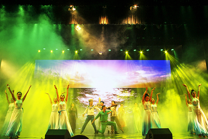 Performance of Hai Dang Song and Dance Troupe