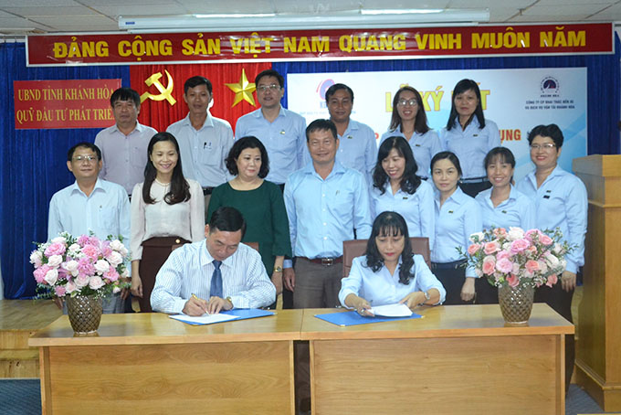 Leaders of two units signed credit financing contract.