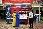 Khanh Hoa Newspaper and some enterprises donate automatic handwashing machines, hand sanitizer to schools