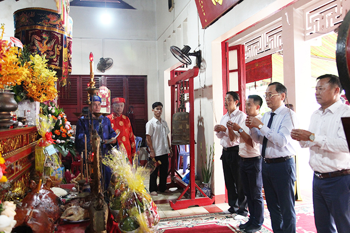 Khanh Hoa's leadership offering incense to General Tran Hung Dao