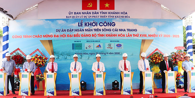 Construction of saltwater intrusion prevention dam over Cai River (Ngoc Hiep Ward, Nha Trang City) started on September 25 with a total investment capital of nearly VND760 billion. The project is expected to be completed and put into use by the end of 2022.