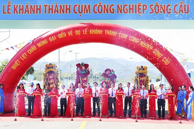 40.36-hectare Song Cau Industrial Cluster, invested by Khanh Hoa State-owned Salanganes Nest One Member Co., Ltd. with a total capital of about VND242 billion, was inaugurated on October 2.