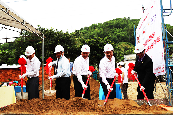 Many sponsors contributed to build 100 houses for poor people in Khanh Hoa. The construction will be completed by lunar New Year 2021.
