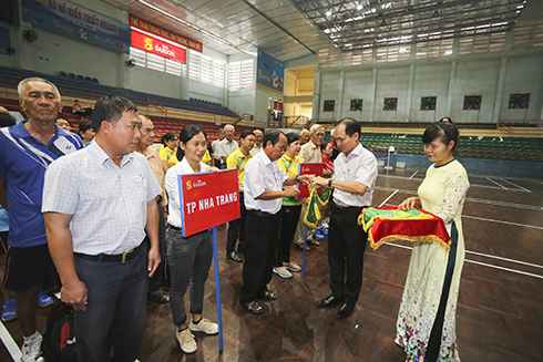 Nguyen Tuan Thanh—deputy director of Khanh Hoa Province's Department of Culture and Sports, head of the organizing committee—giving souvenir flags to teams