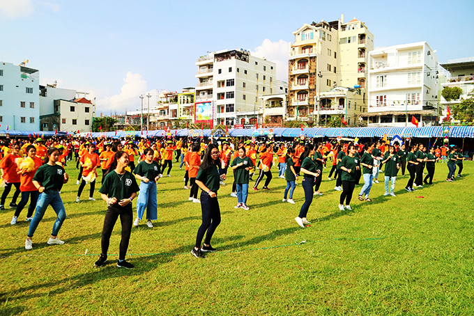 Mass exercise of students of Ly Tu Trong High School (Nha Trang City)