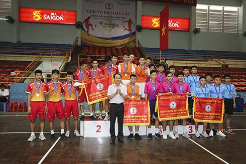 Nguyen Tuan Thanh, deputy director of Khanh Hoa's Department of Culture and Sports, head of championship's organization committee giving prizes of men's team to winners