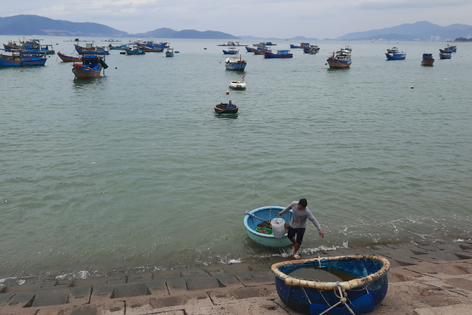 Fishermen moving their boats to shore