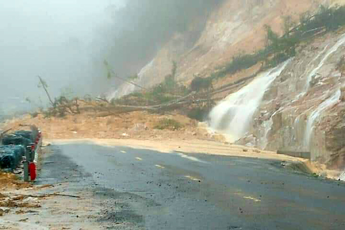 Heavy rain, Nha Trang – Da Lat Road over Khanh Le Pass blocked due to landslide