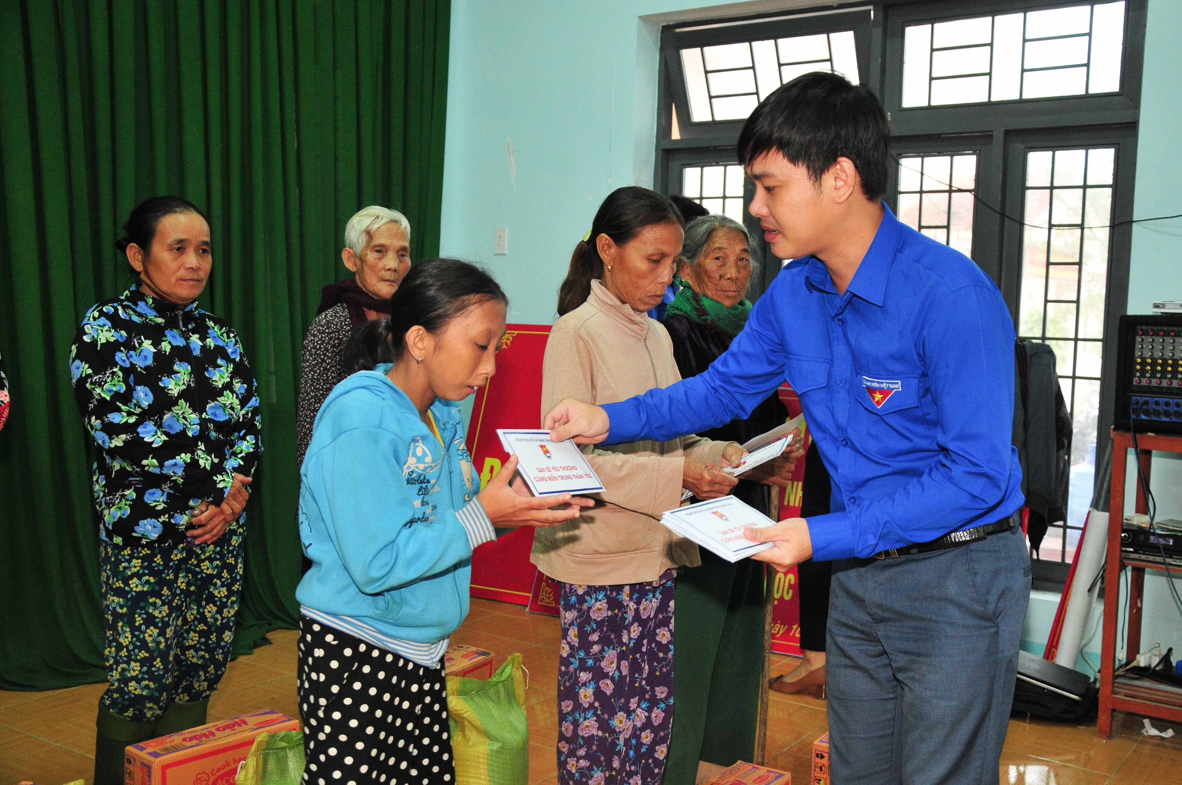 Leadership of Khanh Hoa Youth Union offering relief goods to people in Tinh Binh Commune (Son Tinh District, Quang Ngai Province)