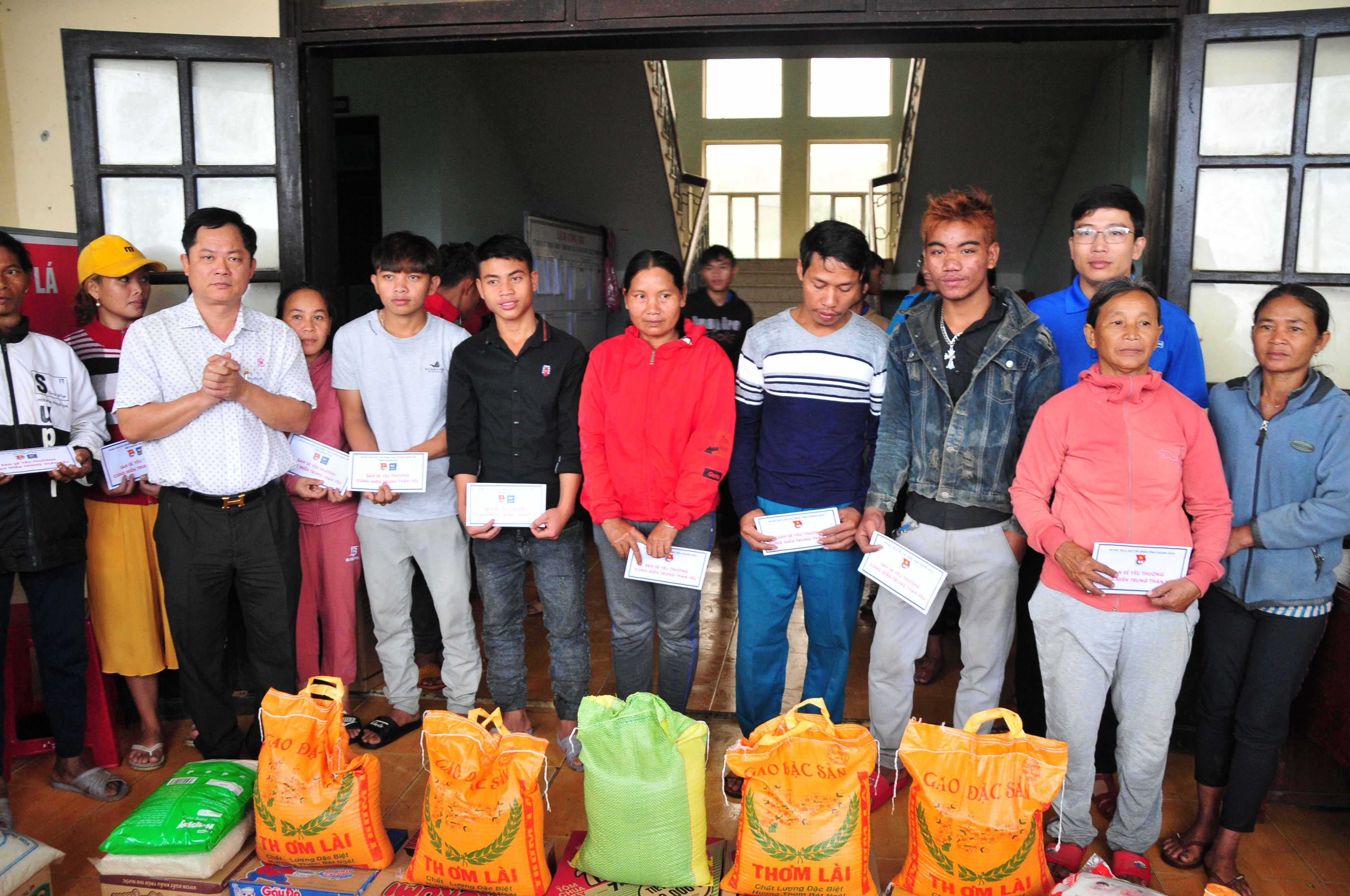 Khanh Hoa Young Entrepreneurs' Association giving gifts to people in Quang Nam Province