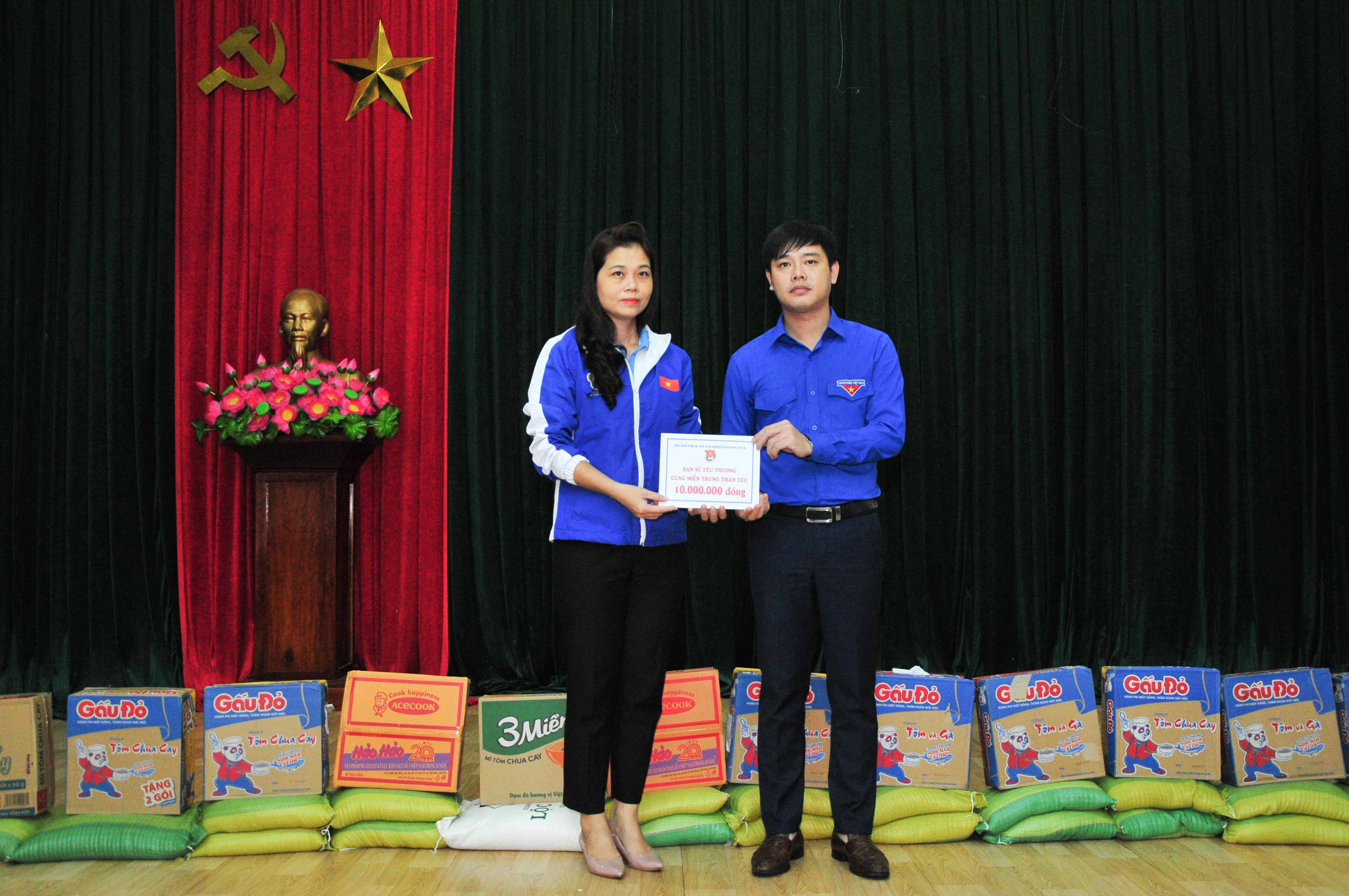 Khanh Hoa Youth Union handing VND10 million to Quang Nam Youth Union as a financial support to the family of Ho Van Do (deputy secretary of Phuoc Loc Commune Youth Union (Phuoc Son District, Quang Nam Province) who died on duty while helping people