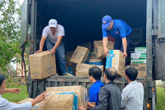 Relief goods are transported by container from Khanh Hoa to Quang Ngai and Quang Nam