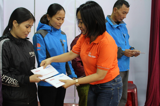 Thai Thi Le Hang, Khanh Hoa Newspaper's Deputy Editor-in-Chief, presenting gifts to people in Vinh Lam Commune