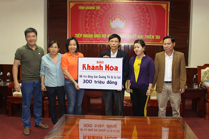 Leadership representative of Khanh Hoa Newspaper presenting VND300 million from readers to support people in Quang Tri