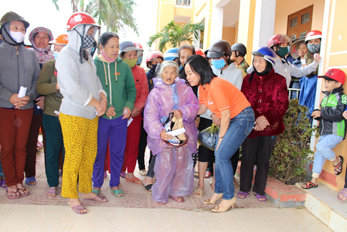 Thai Thi Le Hang visits and encourages people in Vinh Son Commune