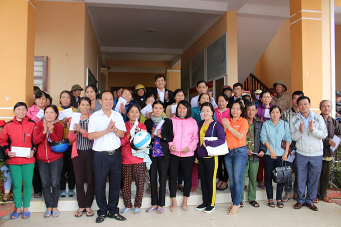 Giving support to people in Vinh Son Commune