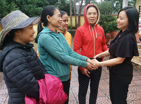Khanh Hoa Newspaper's Deputy Editor-in-Chief, Thai Thi Le Hang, comforting local people