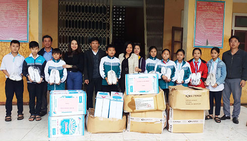 Giving notebooks to Phu Hoa Junior High School