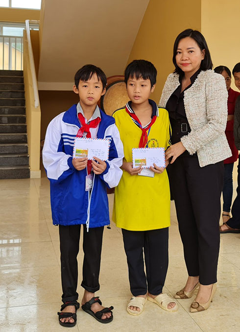 Giving gifts from Khanh Hoa Newspaper' reader to two students with extremely difficult circumstances