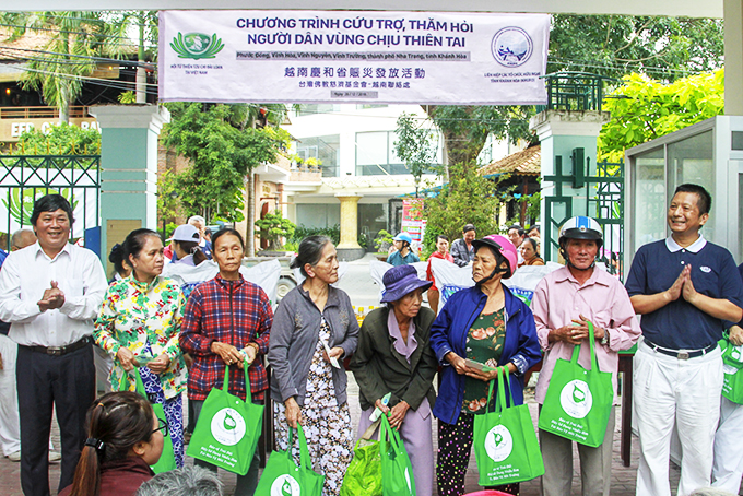 Taiwan's Tzu Chi Charity Association in Vietnam offers gifts to poor people Nha Trang City