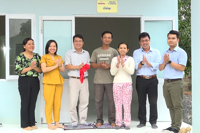 VIDEO: Khanh Hoa Newspaper partnered with Khanh Viet Corporation's Trade Union to build house for the poor
