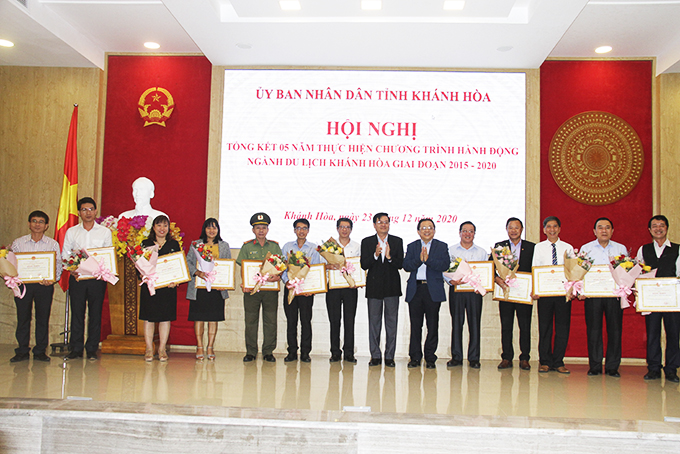 Leaders of the province granting certificates of merit to collectives