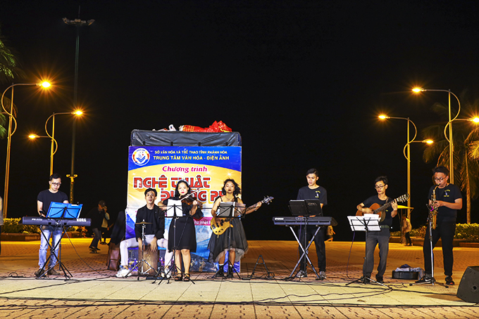Music students learn experience from street shows