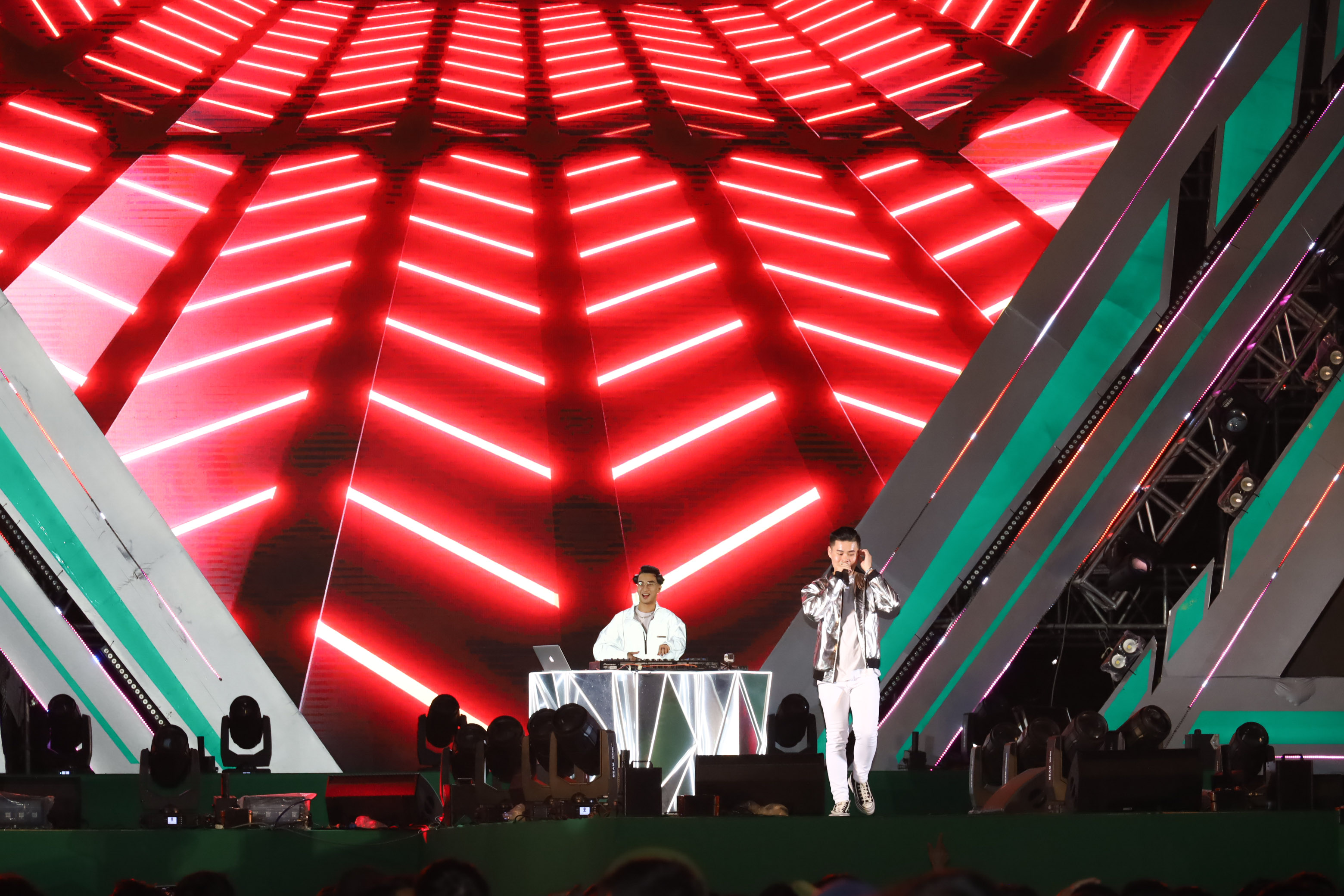 The music show features many favorite Vietnamese singers