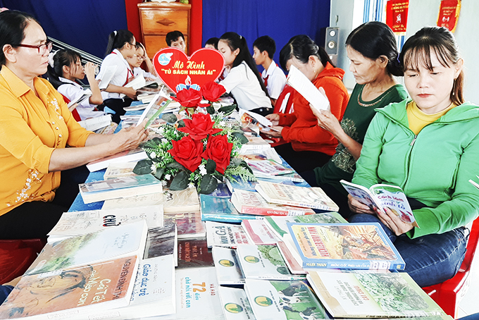 People in Ha Thanh 2 residential group (Ninh Da Ward, Ninh Hoa Town) reading books circulated by provincial library