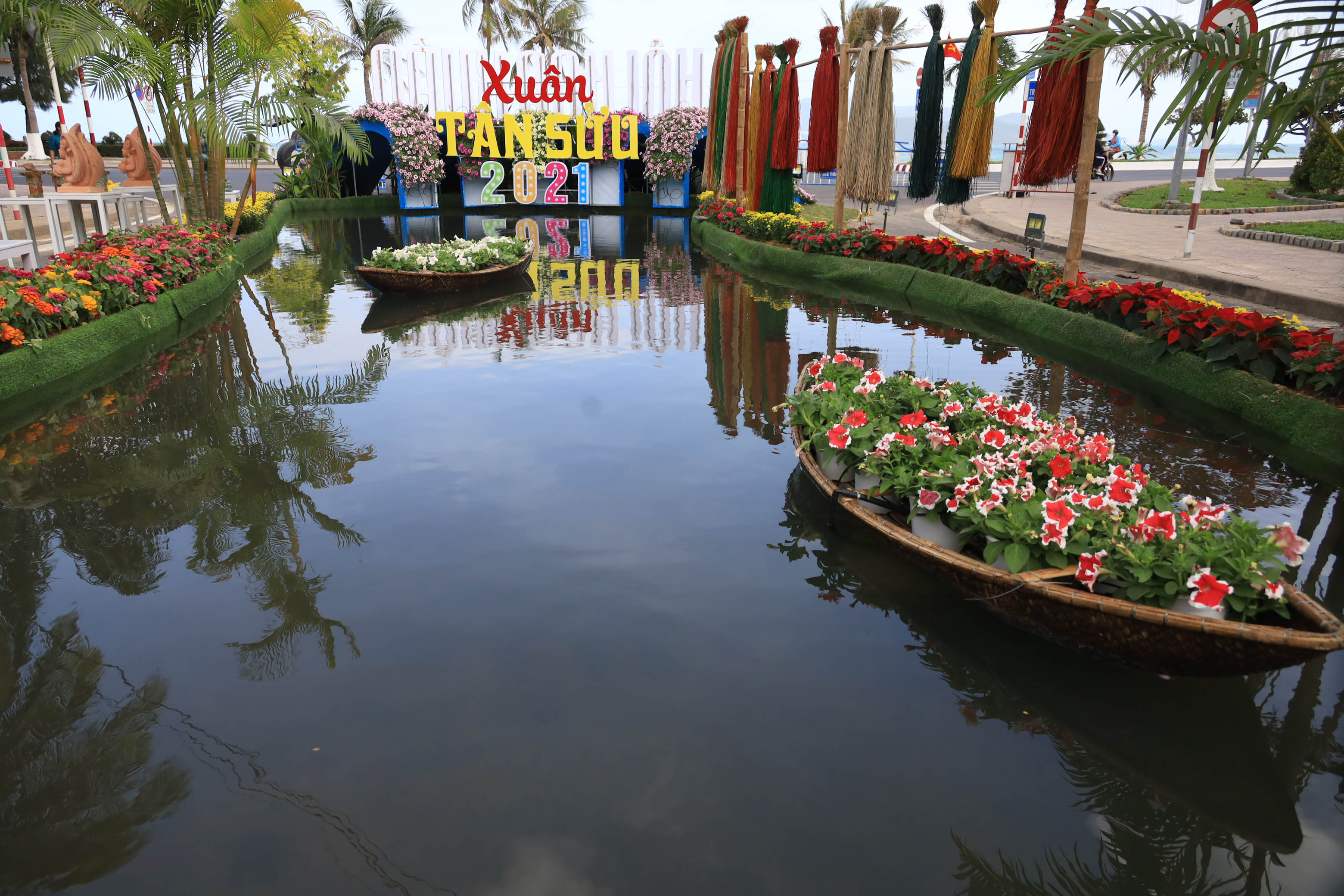 Themed decoration portraying Cai River