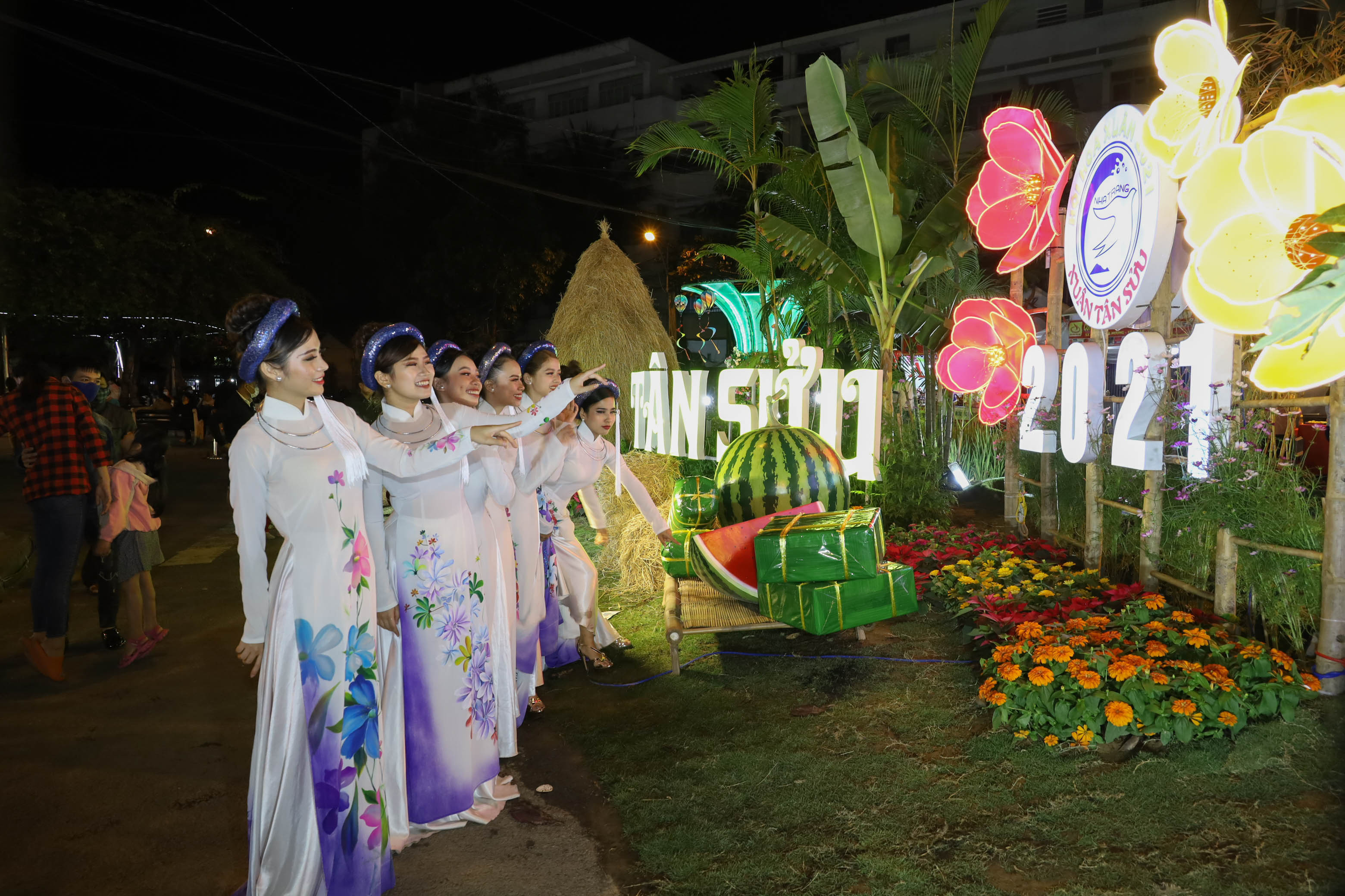 Visitors posing for photos with decorations at Nha Trang-Khanh Hoa Spring Flower Festival 2021