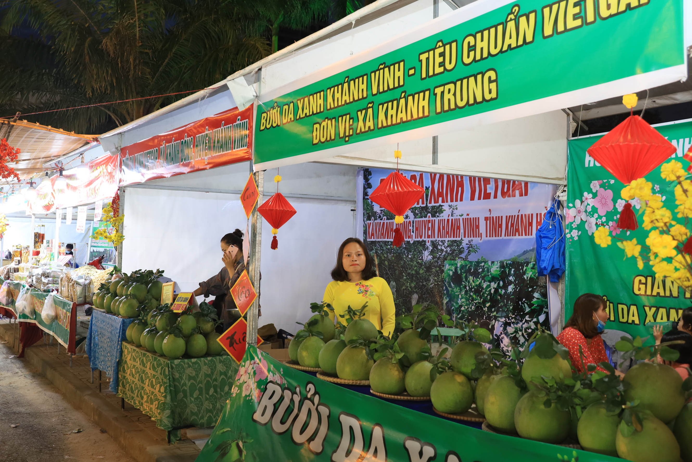 Stalls selling agricultural products and handicrafts