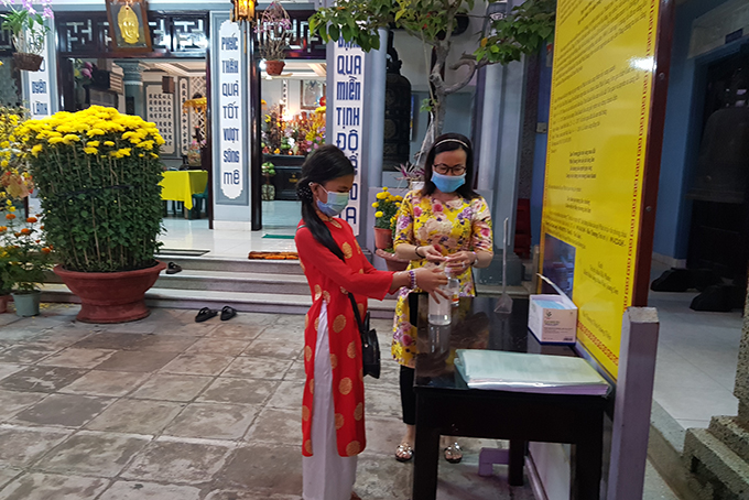 Washing hands with hand sanitizer at Cat Pagoda