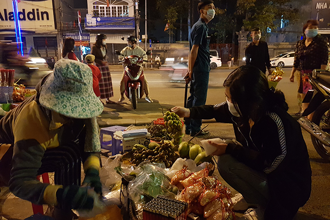 """Buying """"lucky things"""" in front of Long Son Pagoda"""