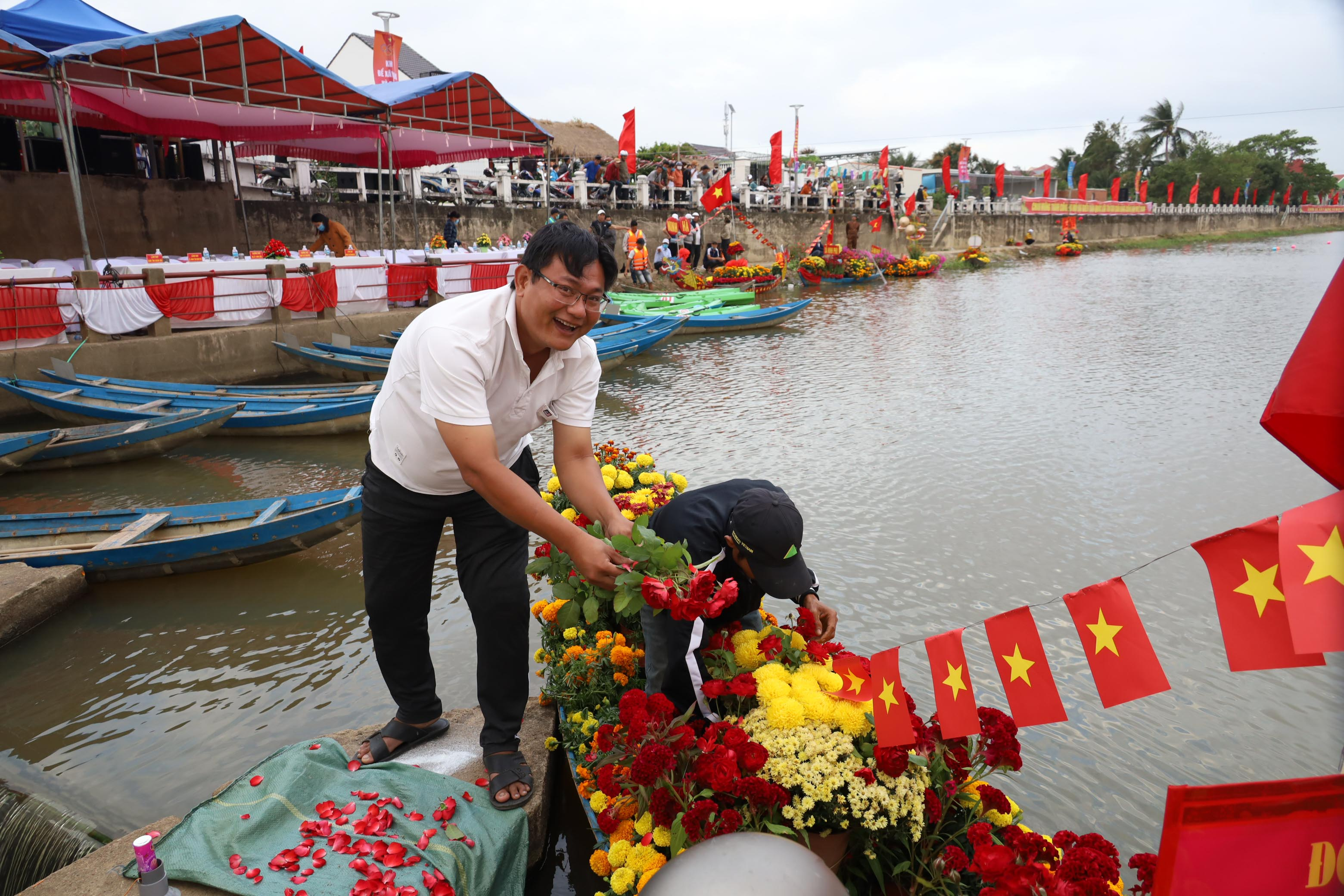 Decorating boats with flowers