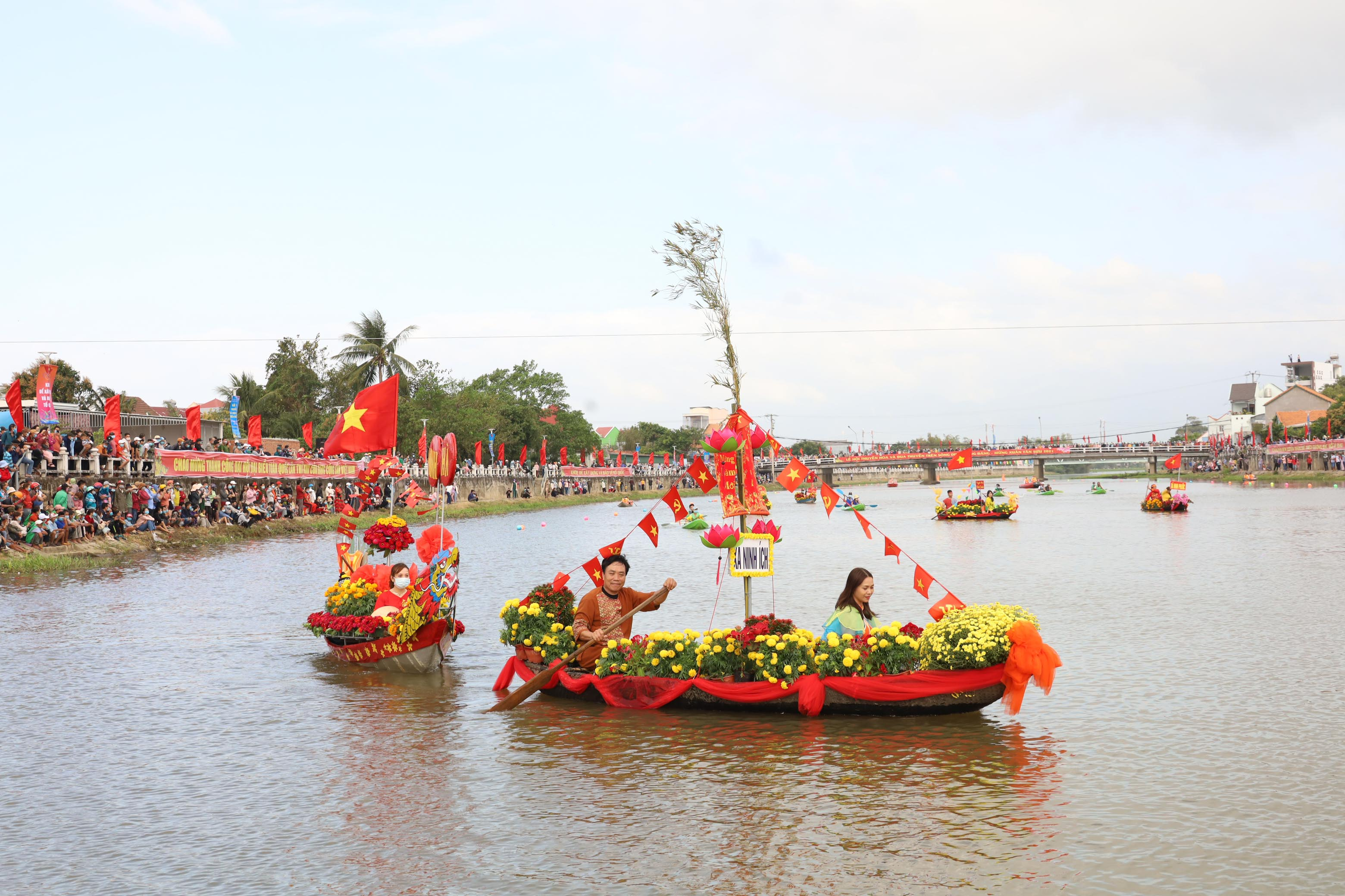Flower boats marching on Dinh River