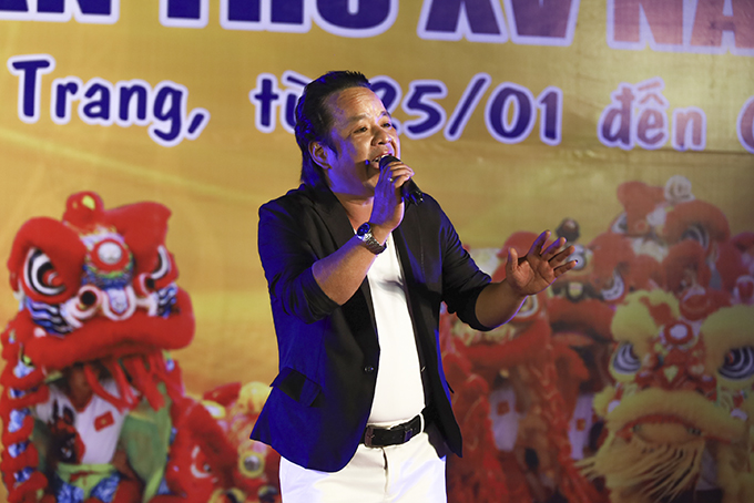 Artist Thanh Dung is performing a Bai Choi song