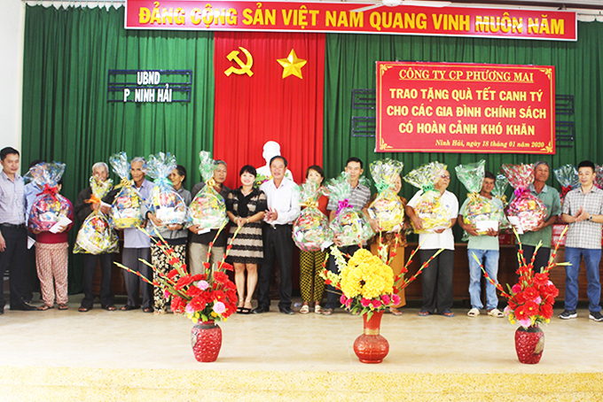 Leaders of Phuong Mai Joint Stock Company give presents to policy families in Ninh Hai Ward, Ninh Hoa Town.