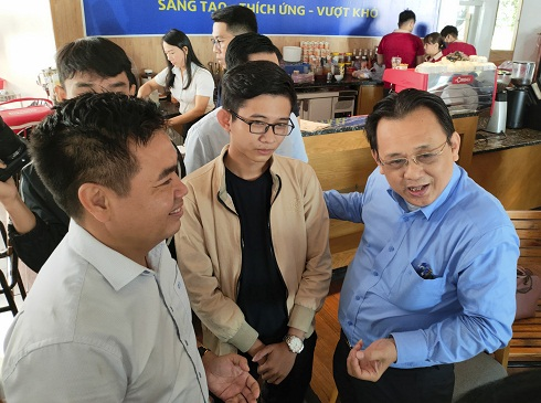 Khanh Hoa Province's leadership talking with a young business owner