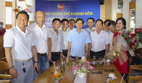 Chairman of Khanh Hoa Provincial People's Committee posing for photo with entrepreneurs