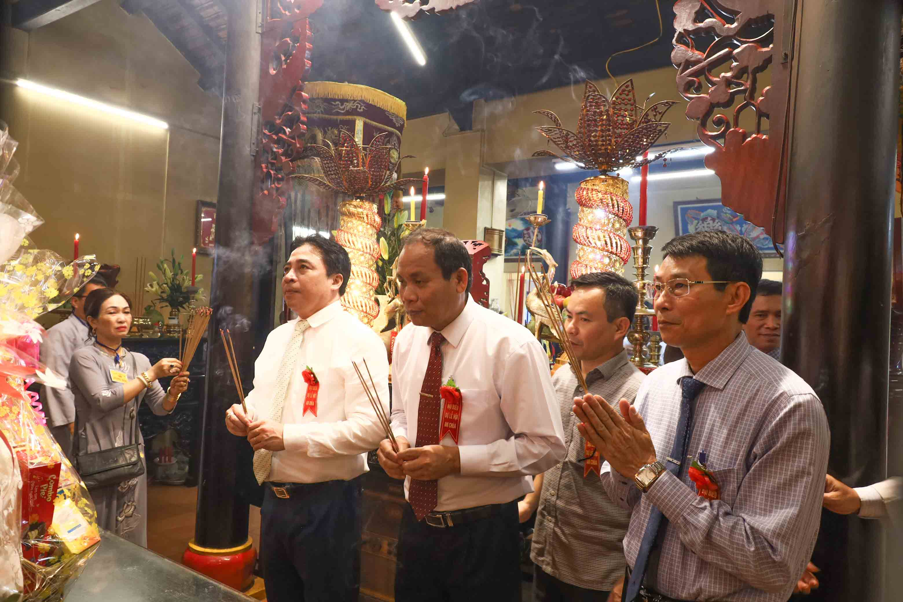 Khanh Hoa's leadership offering incense to Thien Y Ana Holy Mother