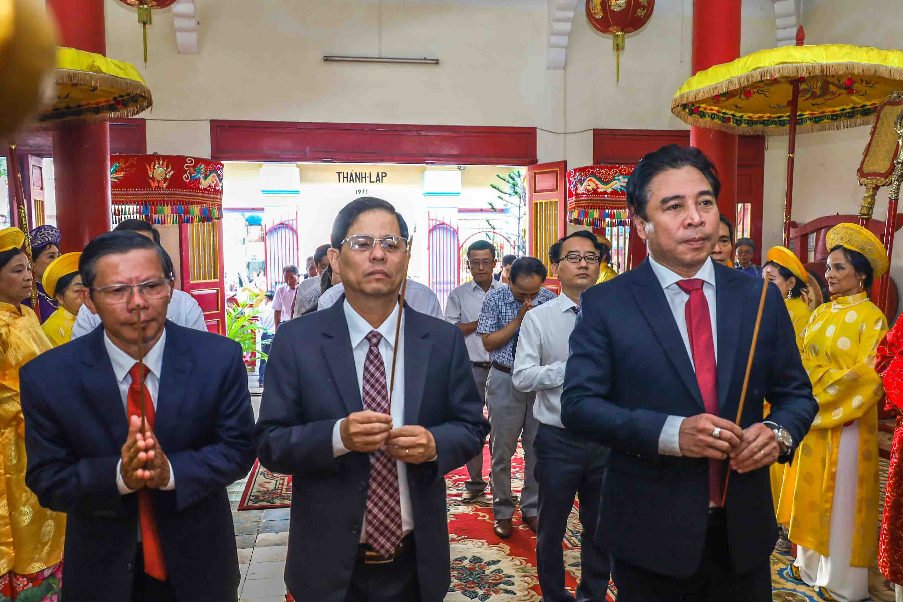 Khanh Hoa's leadership offering incense in tribute to the Kings