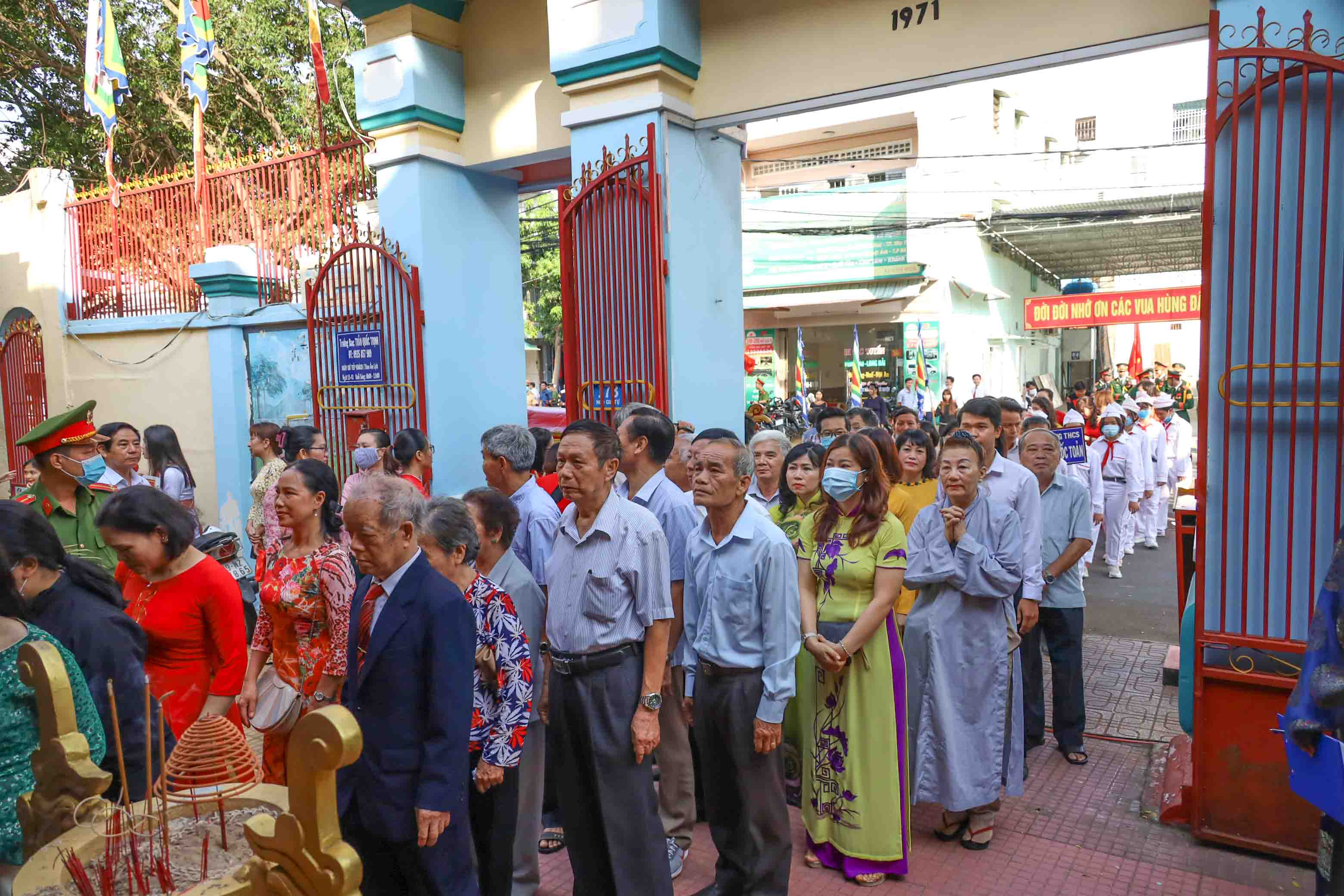 People waiting to pay tribute to Hung Kings