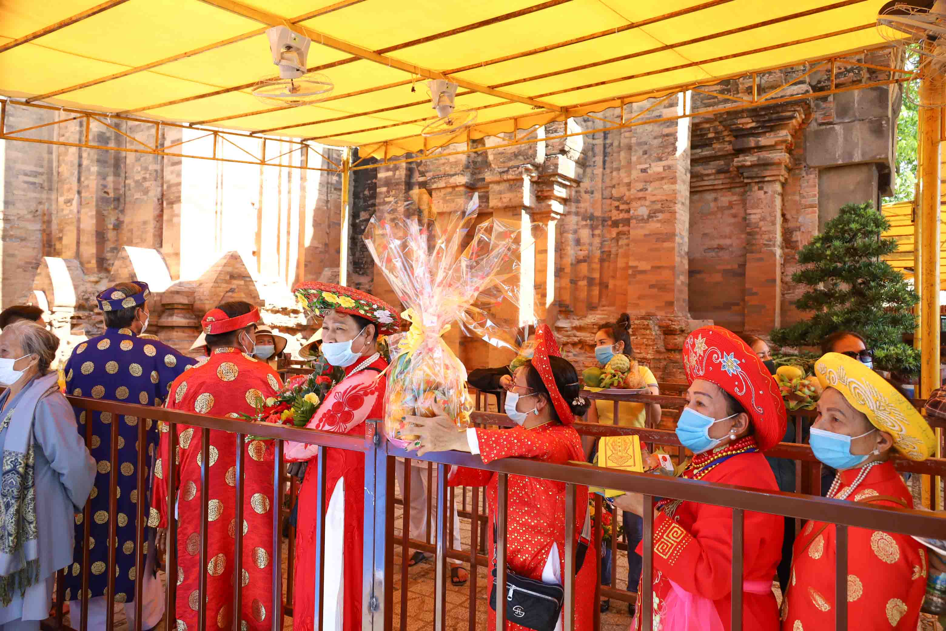 Pilgrims waiting to offer incense to the Holy Mother