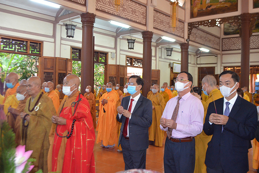 Nguyen Tan Tuan and leaderships of the provincial departments and agencies offer incense to the Buddha