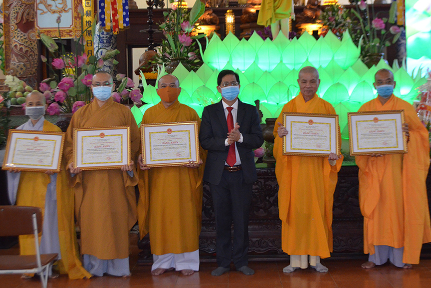 Nguyen Tan Tuan giving certificates of merit to collectives…