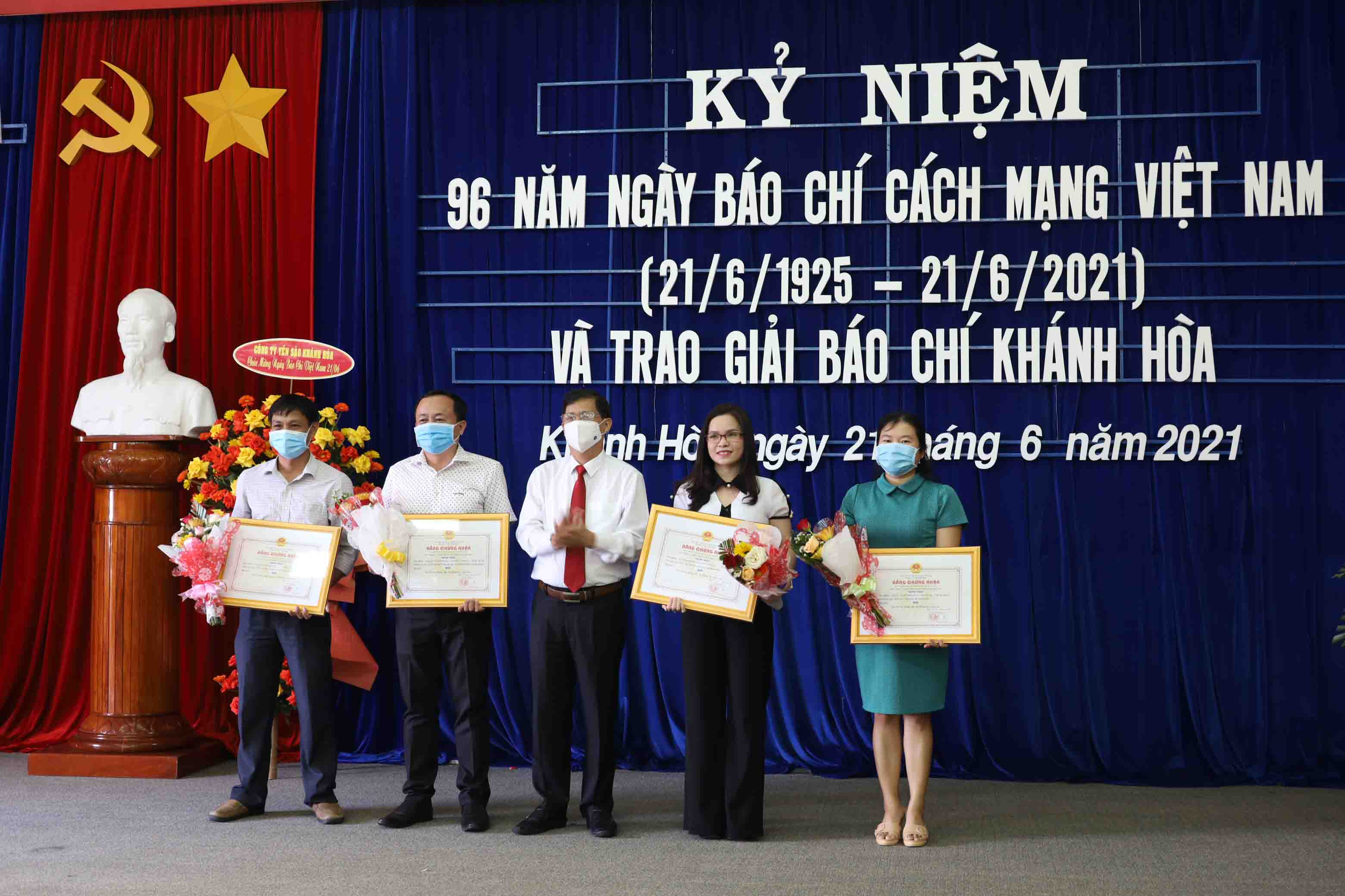 Nguyen Tan Tuan offer second prize to winners